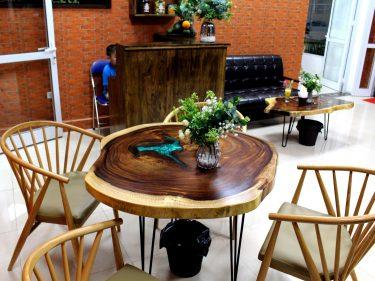 Full nội thất bàn gỗ nguyên tấm tại quán Cafe 29 Nguyễn Bỉnh Khiêm, Hà Nội