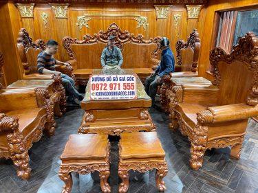 Chú Dũng chủ nhà trải nghiệm bộ bàn ghế hoàng gia V10 gỗ hương đá do xưởng đồ gỗ phạm gia sản xuất