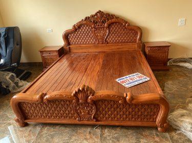 Giường ngủ gỗ hương mẫu Hoa hồng chim chích được các nghệ nhân đục bằng tay